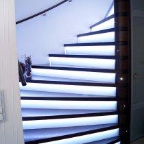 Treppe Nussbaum beleuchtet